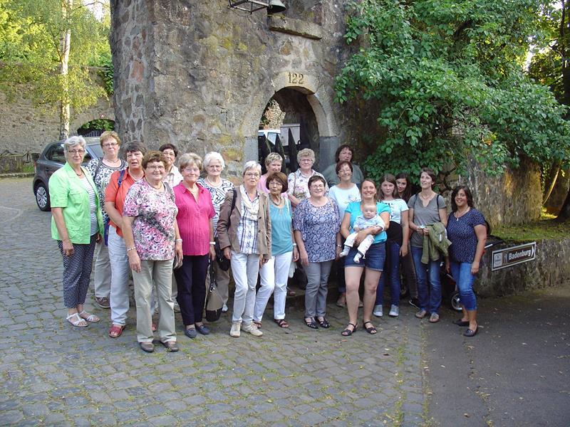 Fahrt nach Wetzlar, Gruppe vor der Badenburg, 09.07.2016