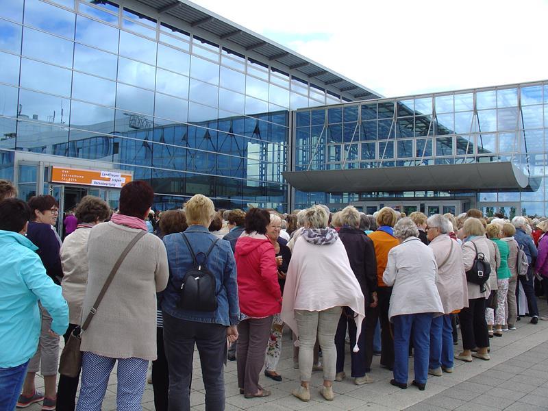 Großer Andrang vor der Messehalle