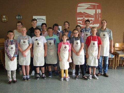 Kinder-Kochkurs 2 Die Schüler aus Rudnja mit ihrem stellv. Schulleiter. Hinten von links die Landfrauen Helga Hobein, Lydia Wenzel, Gerlinde George und Claudia Müller.