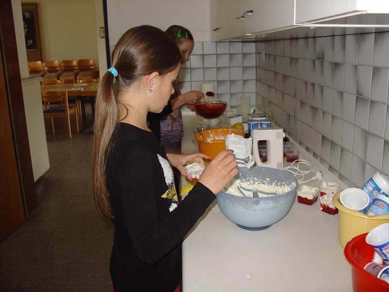 Kinder-Kochkurs, Hannah und Darja füllen den Nachtisch in Dessertschälchen