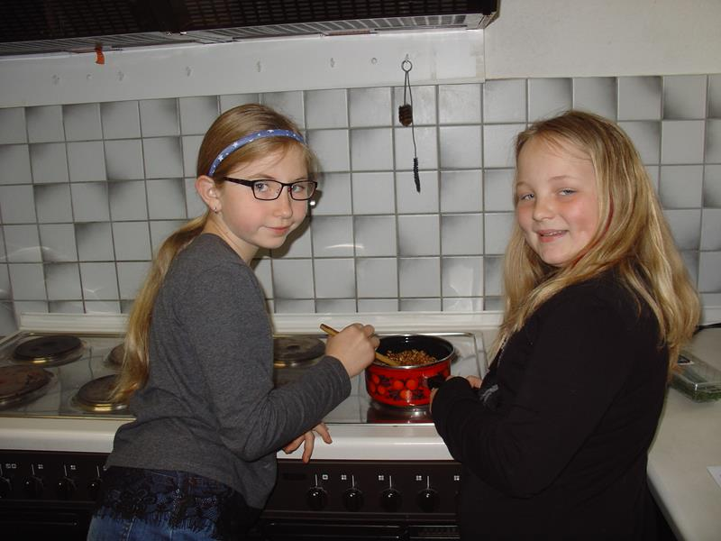 Kinder-Kochkurs, Magdalena und Alina rösten Sonnenblumenkerne