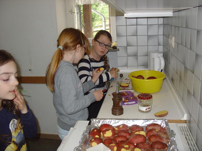 Kinder-Kockurs, Sophia und Charlotte schneiden Kartoffeln