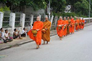Buddhistische Mönche beim morgendlichen Almosengang inLaos