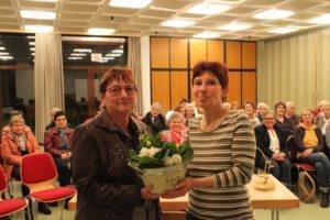 Die 1. Ansprechpartnerin Inge Dietrich überreicht Tatjana Kröger einen Blumengruß
