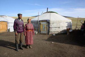 Ehepaar vor seiner Jurte in der Mongolei