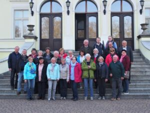 Reisegruppe vor dem Palasthotel in Rzeszkowo bei Wyrzysk